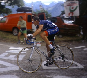 Armstrong riding to victory at L'Alpe d'Huez, during stage 10 of the 2001 Tour de France (Wikimedia Commons)