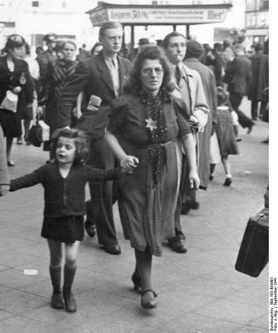 """Frau mit Judenstern und Kind"" (Wikimedia Commons)"